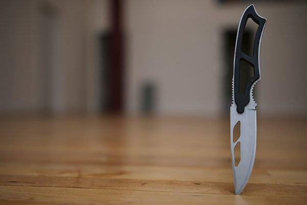 Нож воткнулся в пол