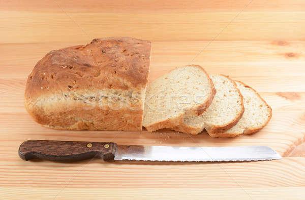 Нарезанный ножом хлеб