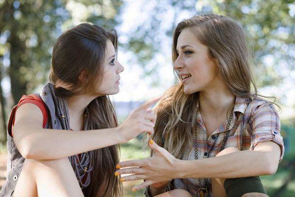 Две девушки разговаривают