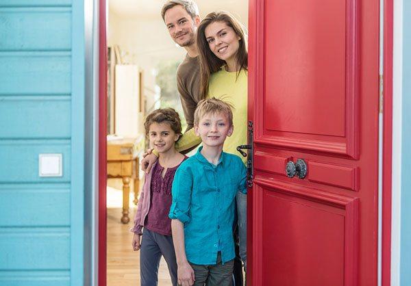 Семья провожает гостей