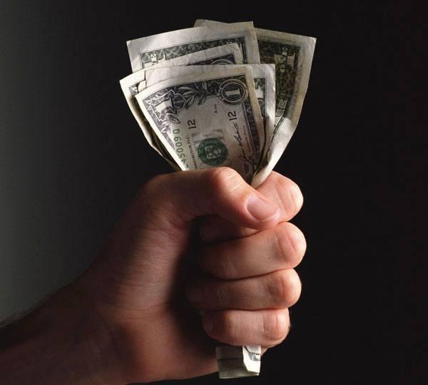 Левый кулак сжимает деньги