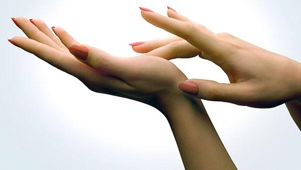 Пальцы трогают левую ладонь