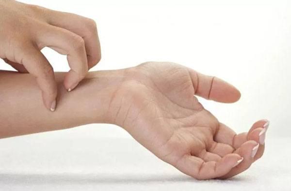 Чешет запястье руки