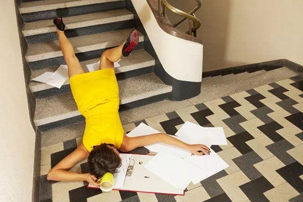 Девушка споткнулась на лестнице