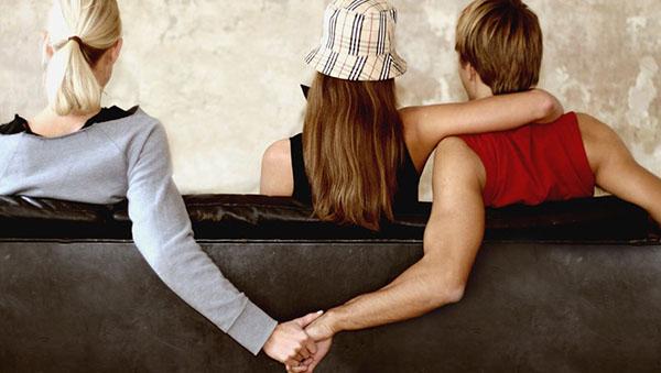 Мужчина и женщина держутся за руки в присутствии 3-ей