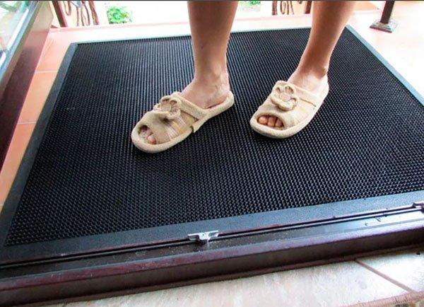 Ноги на пороге дома