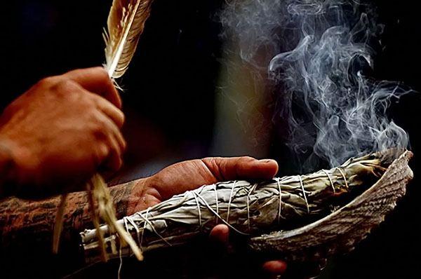 Дым травы для очищения дома