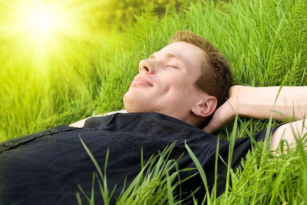 Мужчина отдыхает на свежем воздухе