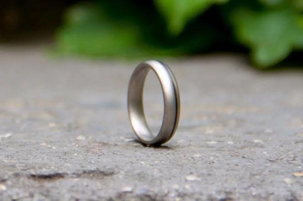Серебряное кольцо на дороге