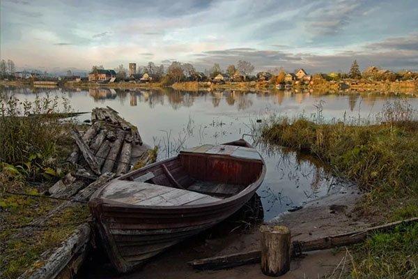 Старая лодка на берегу