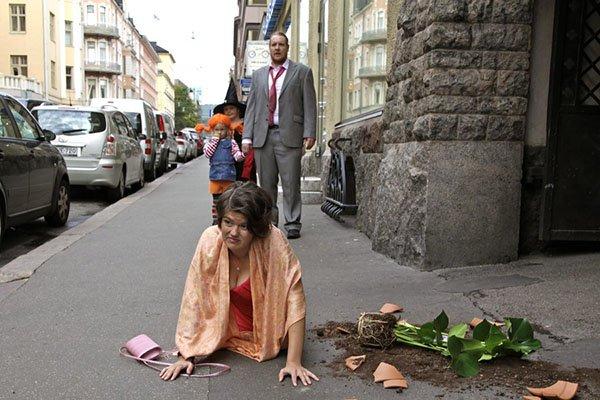 Девушка выронила горшок с цветком