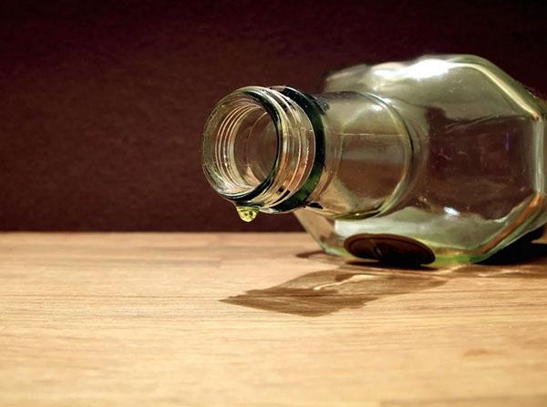 Пустая бутылка лежит на полу
