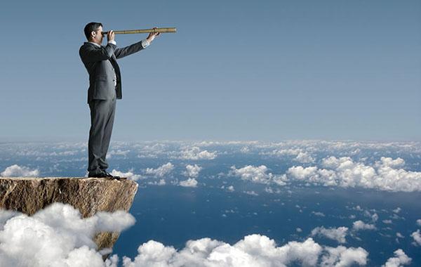 Мужчина над облаками смотрит вдаль