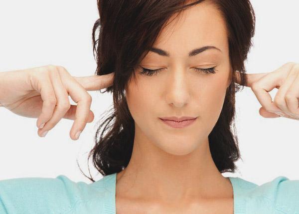Девушка заткнула уши