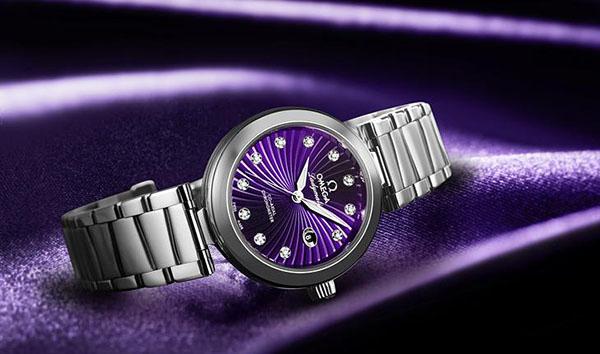 Часы в фиолетовой ткани