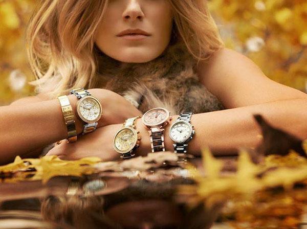 Девушка с наручными часами