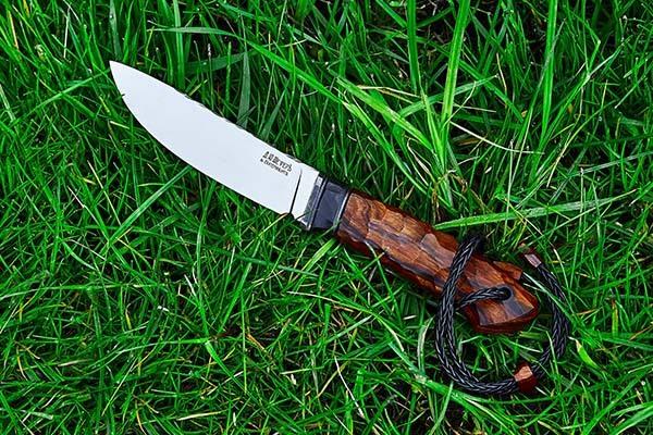 Нож на траве