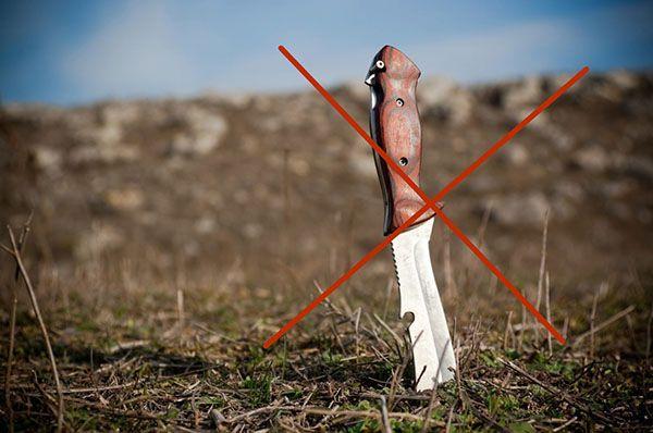 Ножик воткнут в землю
