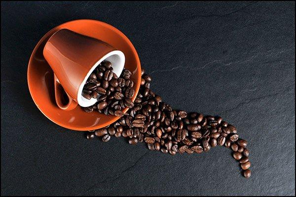 Просыпать кофе из чашки