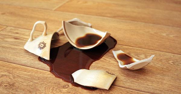 Разбитая чашка с кофе