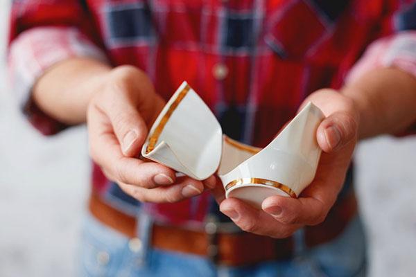 Осколки чашки в руках