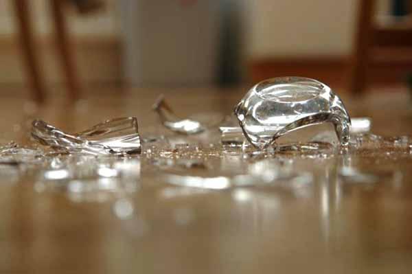 Осколки разбившейся посуды