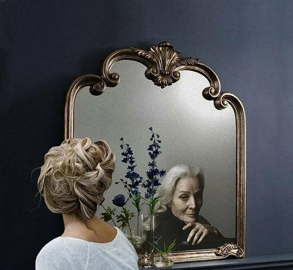 Девушка отражается в зеркале