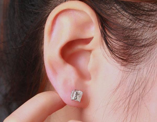 Сережка в правом ухе