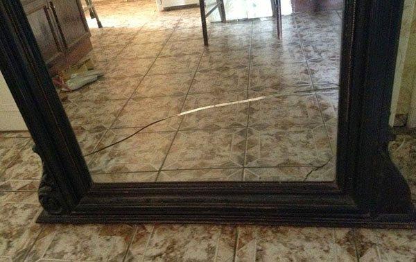 Трещина на большом зеркале