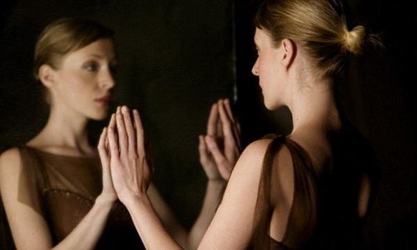 Девушка перед зеркалом ночью