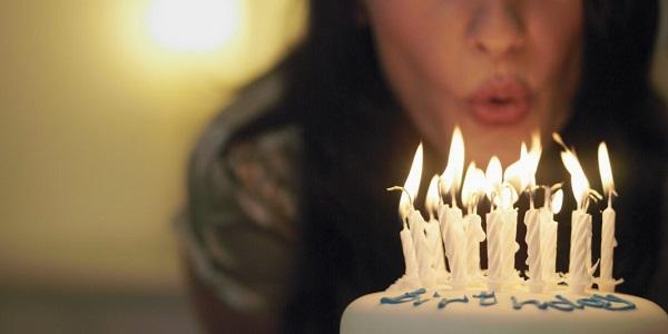 Девушка задувает свечи