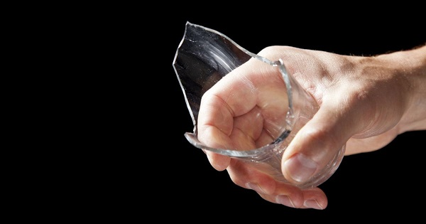 Разбитый стакан в руке