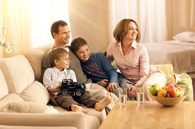 Семья вместе в гостиной