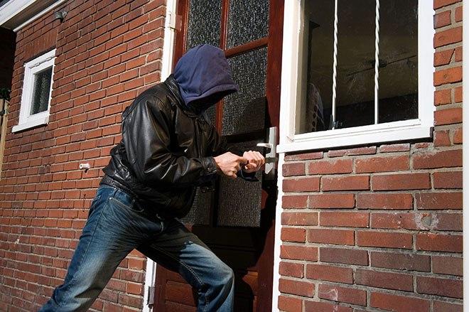 Вор пытается вскрыть дверь