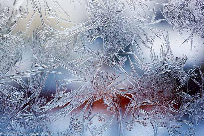 Морозный рисунок на стекле
